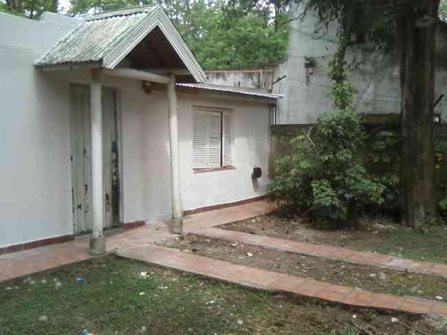 Casa de material con amplio terreno y pileta.-