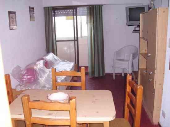 Depto sobre calle principal. 2 Ambientes. 1 Dormitorio.