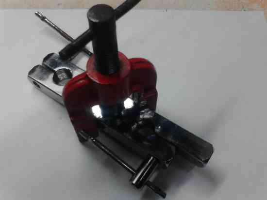 Maquina para hacer boquillas en caños de cobre