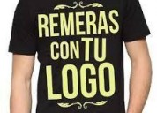 Remeras y gorras con bordados o estampadas