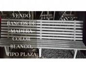 Bancos de madera color blanco
