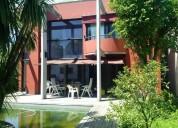 Excelente casa moderna con pileta.